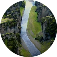 太陽電池パネルを検査する人