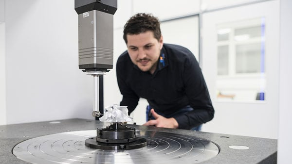 A Zeiss employee uses a Zeiss Industrial Metrology device